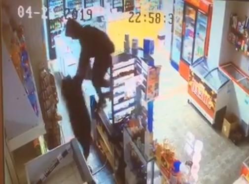 Под Анапой, в Сукко неизвестный мужчина избил продавца гастронома и украл кассу