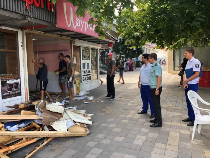 В Анапе на Крымской ул. снесли нелегальную шаурмечную